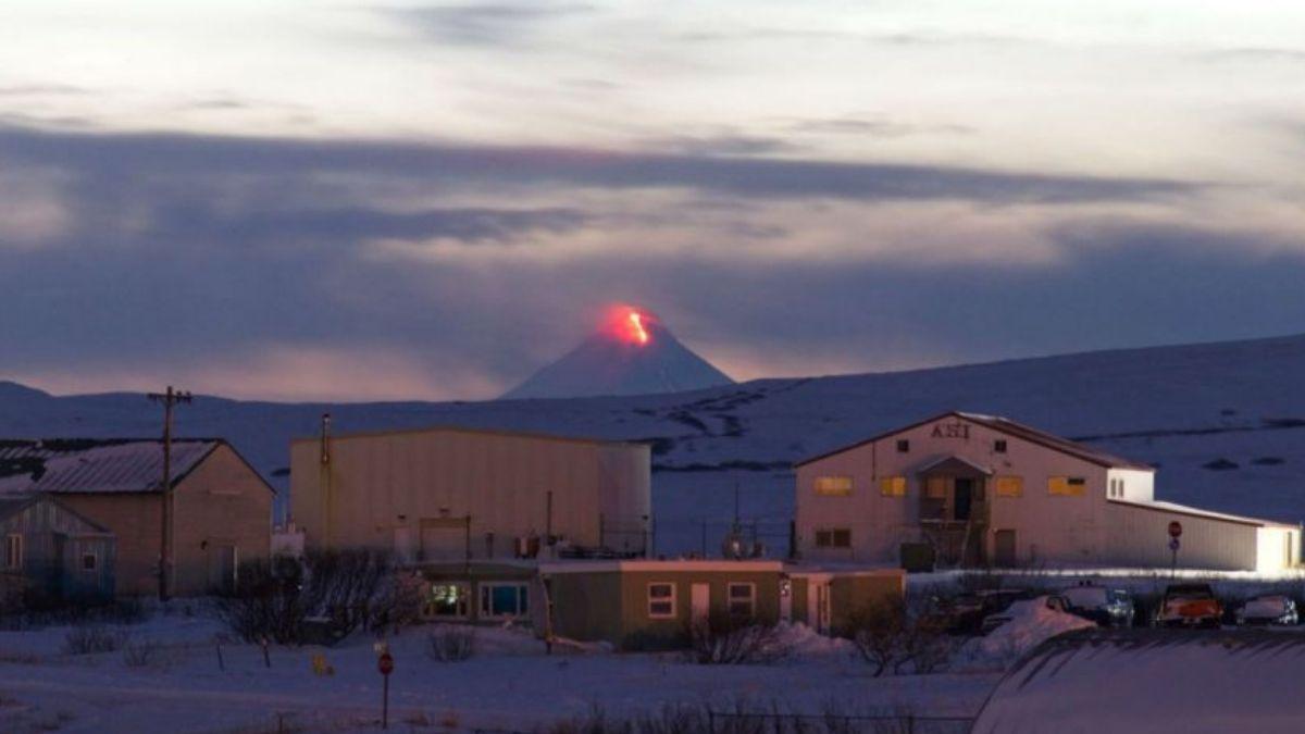 Alerta roja por la erupción de un volcán en Alaska