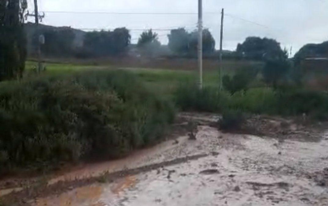 Se desbordó un canal en Tilcara por fuertes lluvias