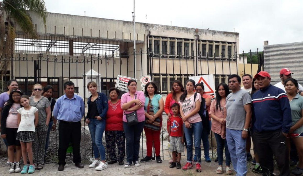 Padres de la Escuela Santa Rosa siguen reclamando que se retomen las obras