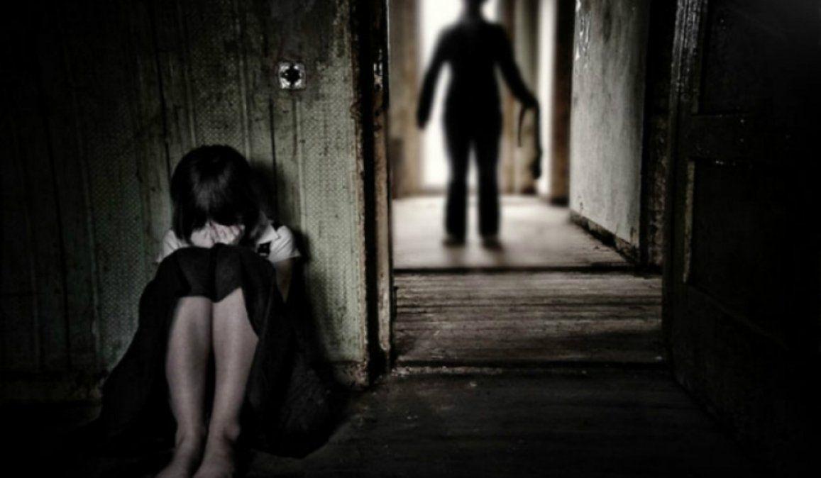Era abusado por su padrastro, escapó de su casa y su madre lo obligó a volver