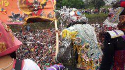 una multitud disfruto de la bajada de los diablos junto a los alegres de uquia