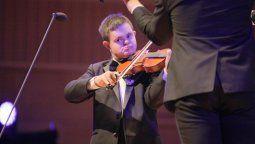 emmanuel, el joven con sindrome de down que habla cuatro idiomas, toca el violin y dicta conferencias
