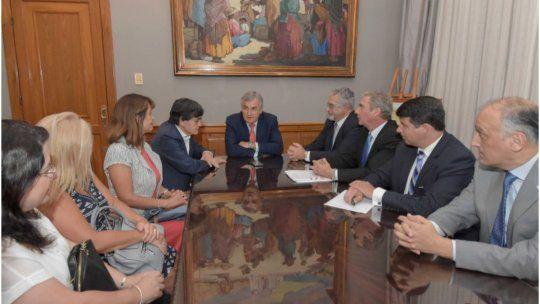 Deuda. Gerardo Morales con integrantes del Colegio Médico y funcionarios de salud