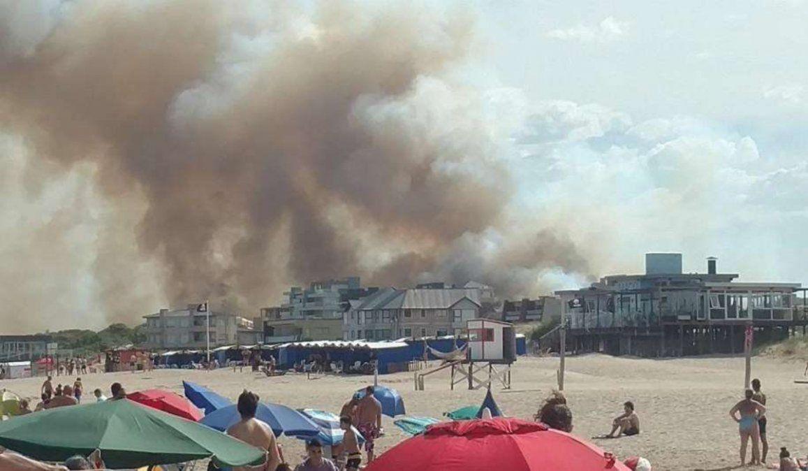 Importante incendio en Villa Gesell: el humo llega hasta la playa