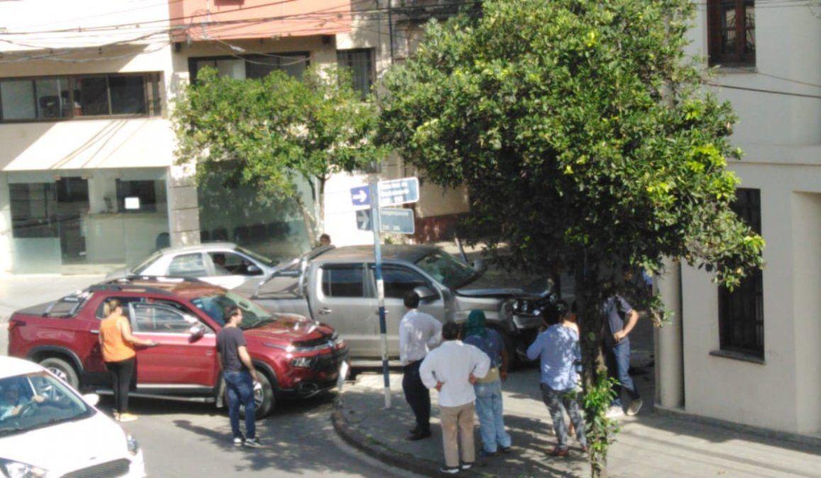 Dos camionetas chocaron y una impactó contra el Ministerio Público de la Defensa