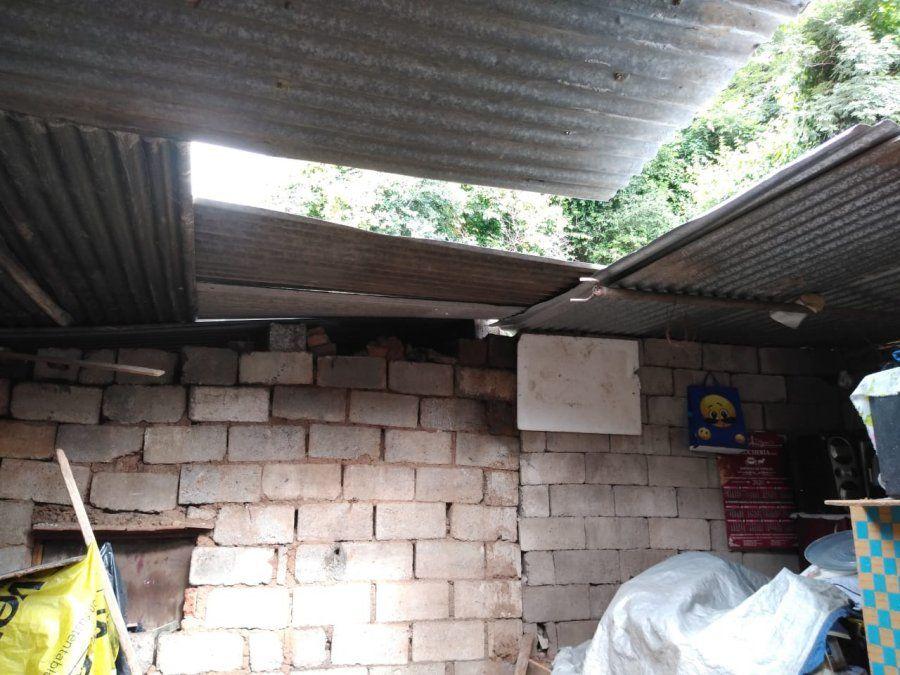 Familia desesperada: El temporal se llevó una pared de su casa y piden ayuda