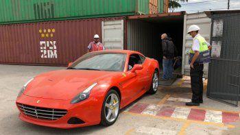 Tevez, al entrenamiento de Boca con una Ferrari