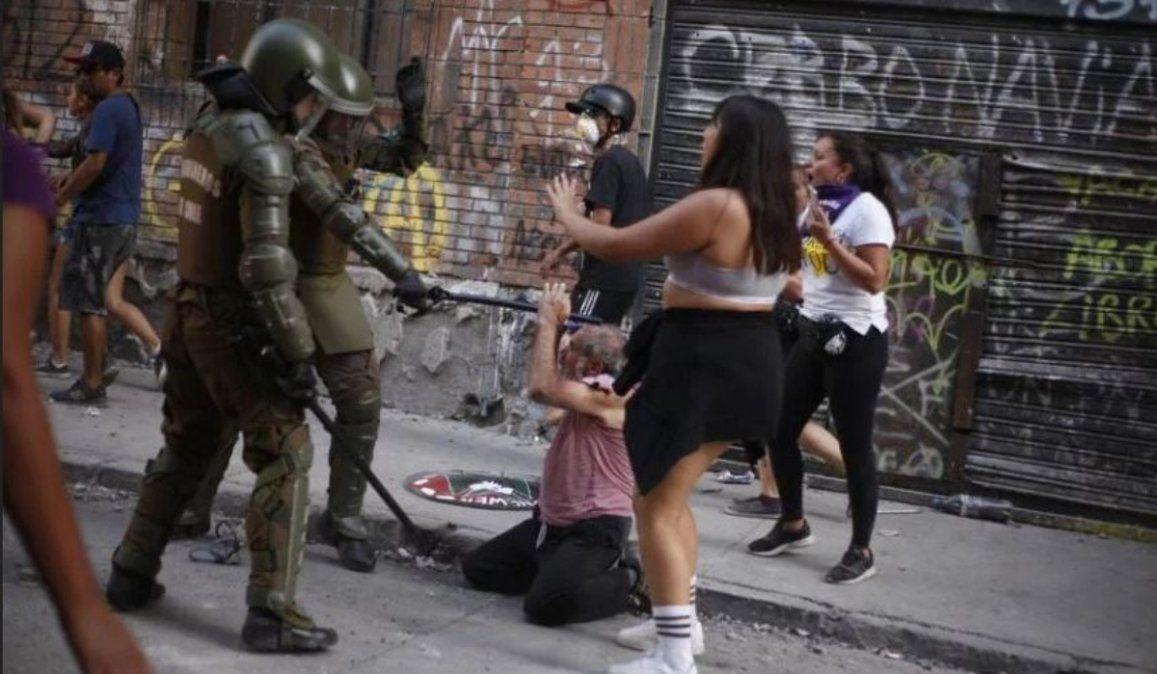 Brutal acto de represión contra un abuelo en Chile quedó registrado en un video