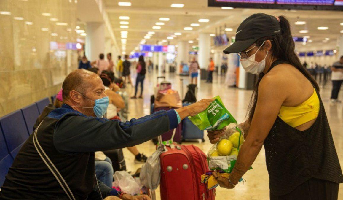 Mexicanos llevan agua y comida a las personas que se encuentran varadas en los aeropuertos