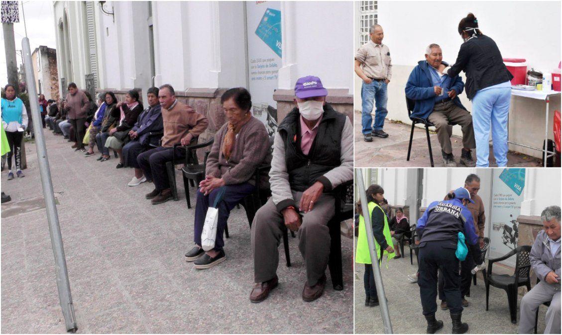 El Carmen: Pusieron sillas a los abuelos y aprovecharon para colocarles la vacuna antigripal