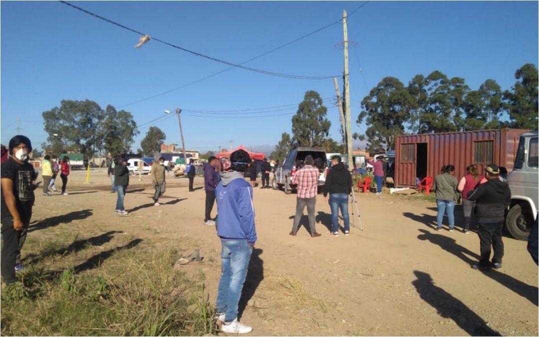 La precaria feria de Palpalá: Los puesteros se lavan las manos en un tanque de agua