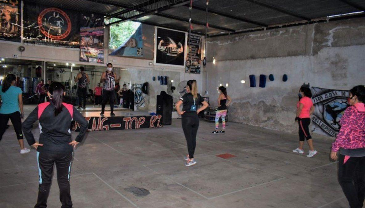 Perico trabaja en la habilitación de los gimnasios