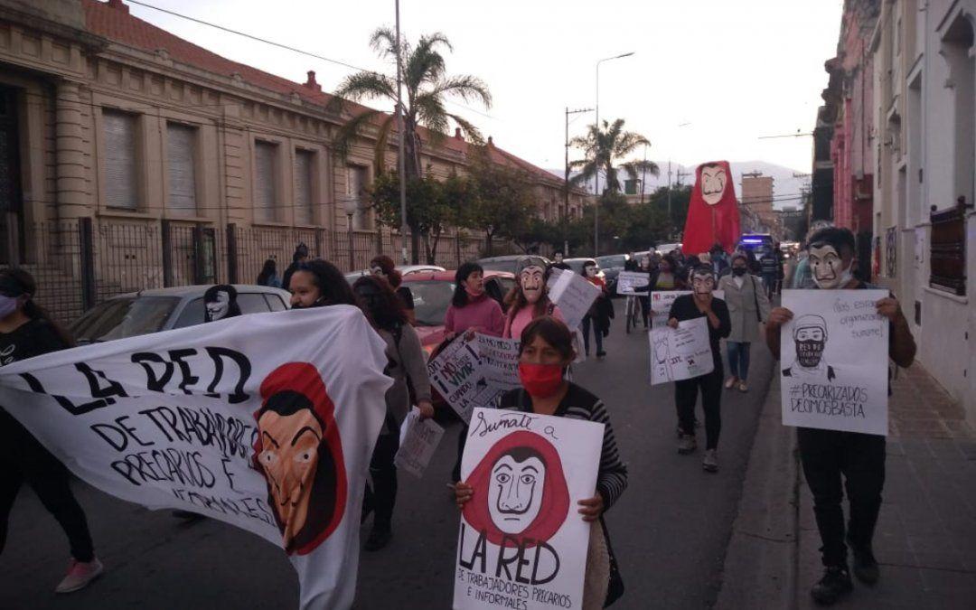 Los precarizados enmascarados volvieron a marchar a Casa de Gobierno