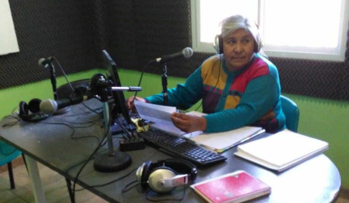 Sus alumnos no tienen internet y decidió usar la radio comunitaria para poder dar clases