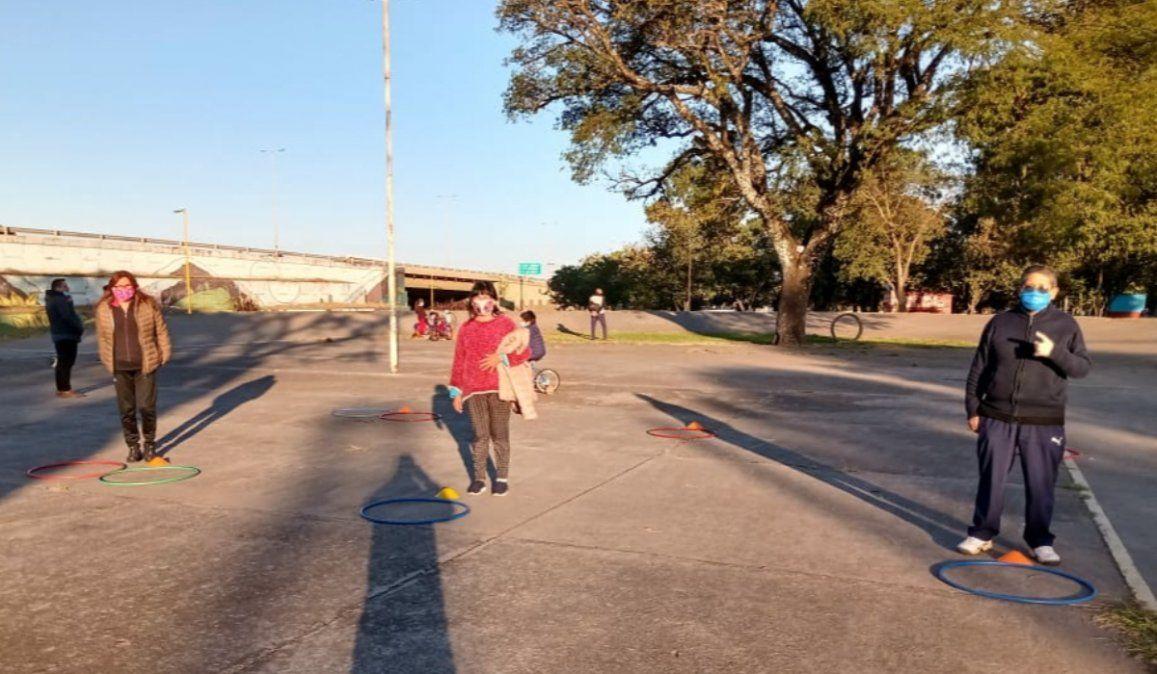 Dan clases de entrenamiento funcional al aire libre en Coronel Arias