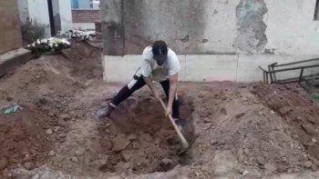 Dramático: Viralizaron un video de familiares cavando fosas en el cementerio de Libertador