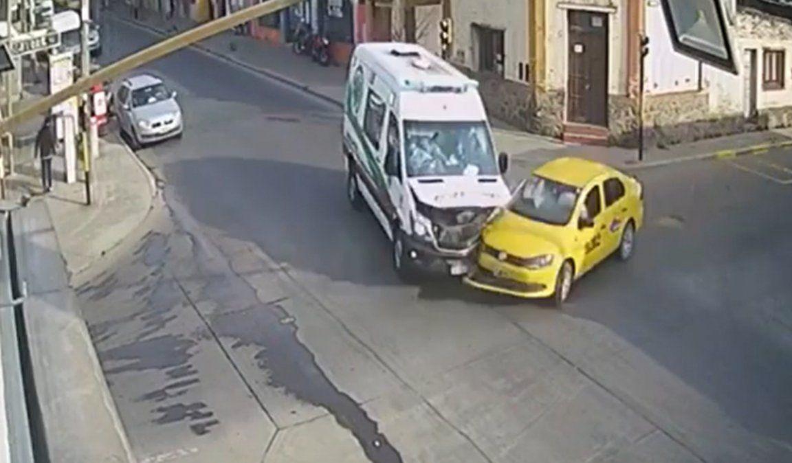 Terrible choque entre un taxi y una ambulancia de SAME