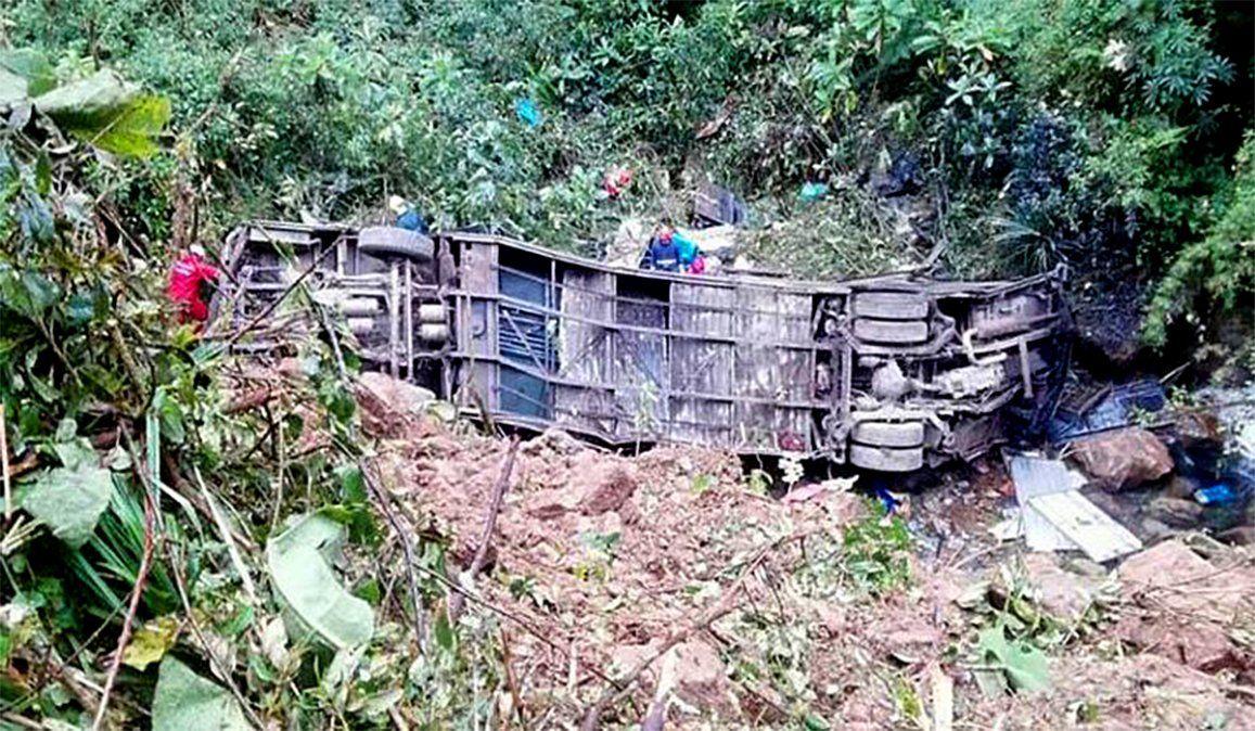 Bolivia: cayó un colectivo a un precipicio y hay 20 muertos