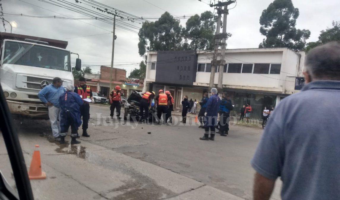 Terrible choque de un auto contra un camión: una persona murió