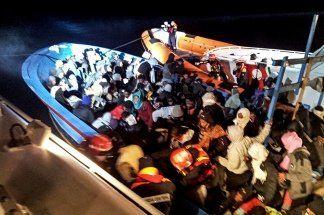 Barco petrolero rescata a más de 100 inmigrantes