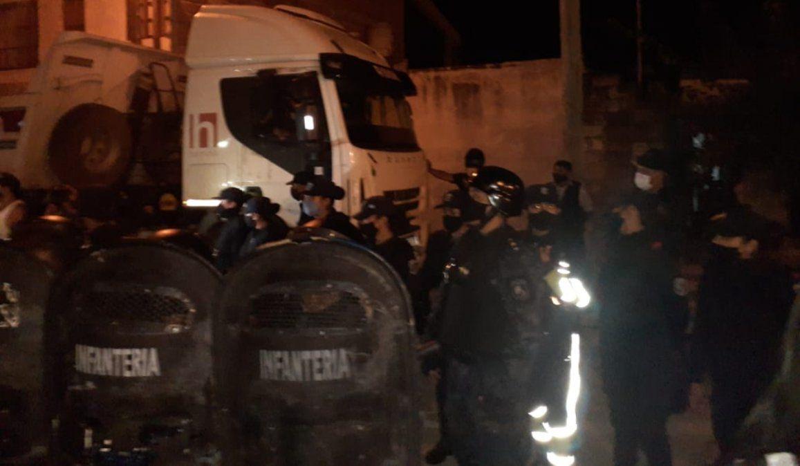 Vecinos resisten la avanzada del gobierno en la cancha de Campo Verde