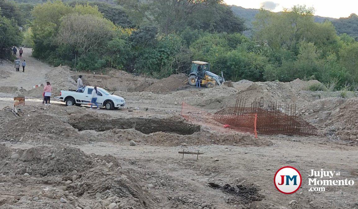 Construyen una pasarela en Campo Verde: los materiales que usan son una burla
