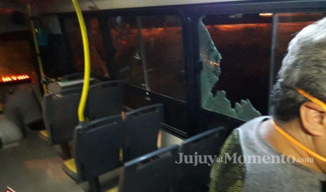 ¡De terror! Apedrearon a un colectivo en barrio Malvinas