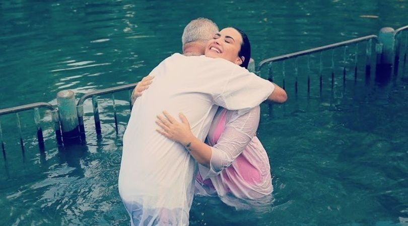 Demi Lovato fue bautizada en el río Jordán en Israel