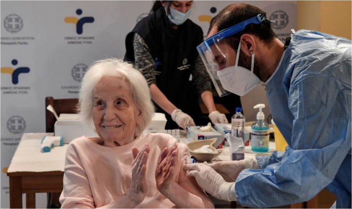 Varios países del mundo ya iniciaron la vacunación de los mayores de 60 años