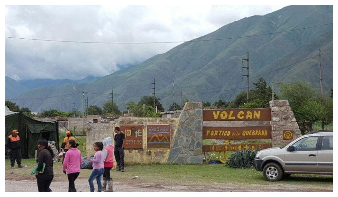 Volcán: Desbarrancó un vehículo que llevaba coca y atados de cigarrillos