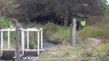Cuerpo sin vida fue hallado atascado en la compuerta de un canal
