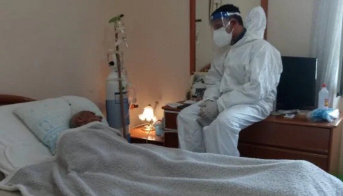 Hasta su último aliento: Joven italiano acompañó con traje a su padre hospitalizado por coronavirus