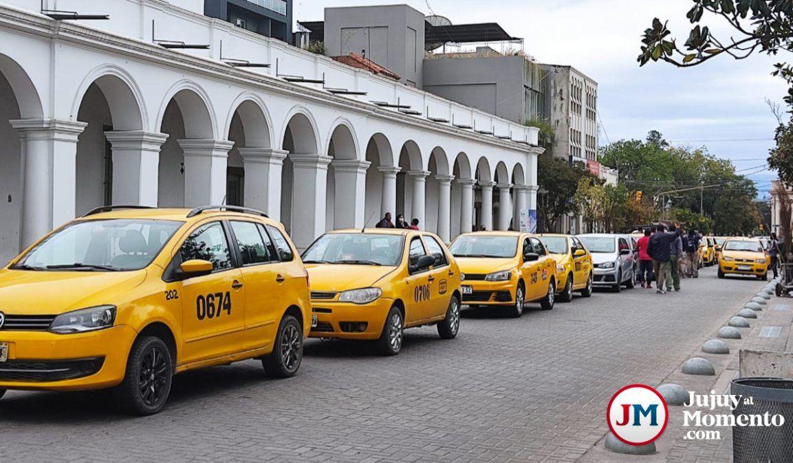 Taxistas indignados con el aumento del GNC coparon Plaza Belgrano