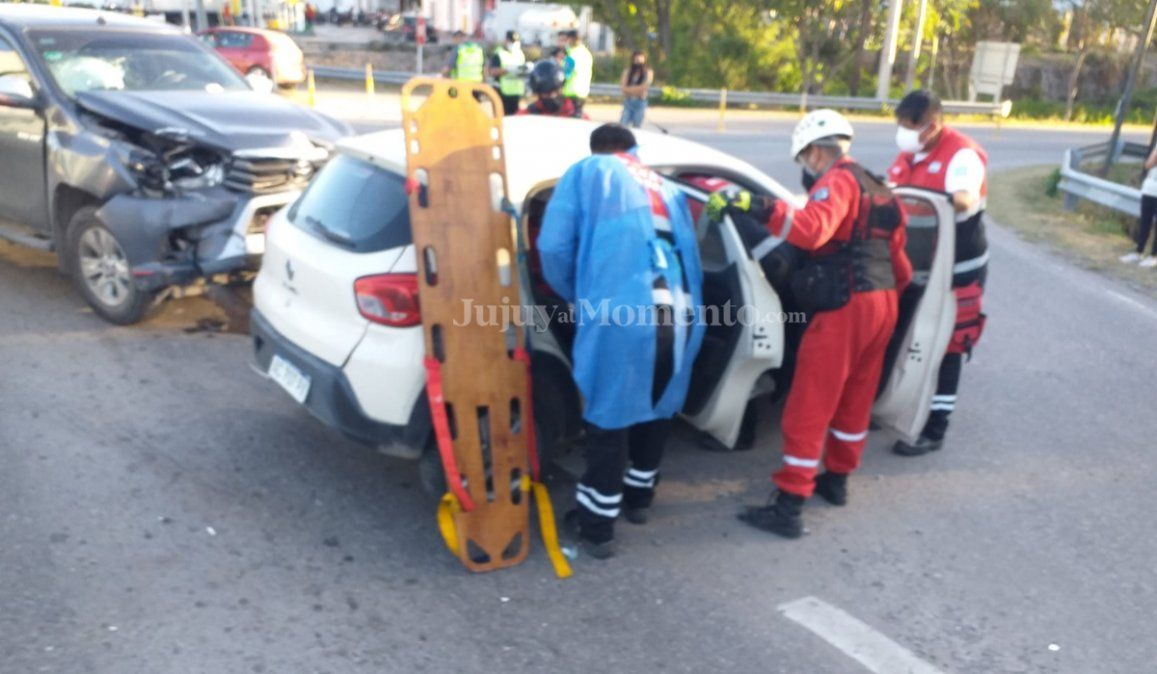 Choque entre una camioneta y un auto en el ingreso a Yala