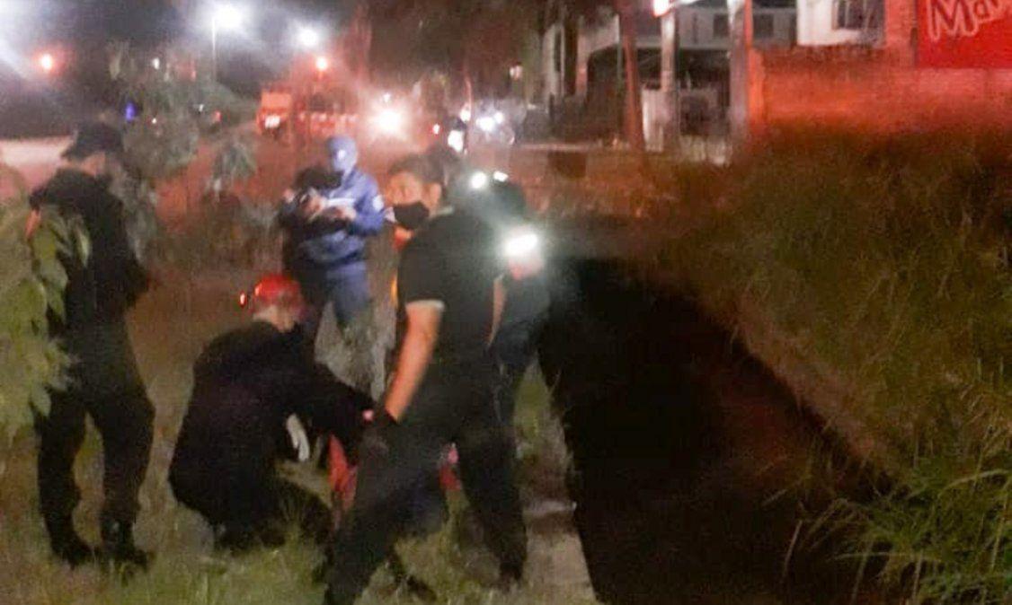 Rescataron a una mujer que había sido empujada al canal de la muerte