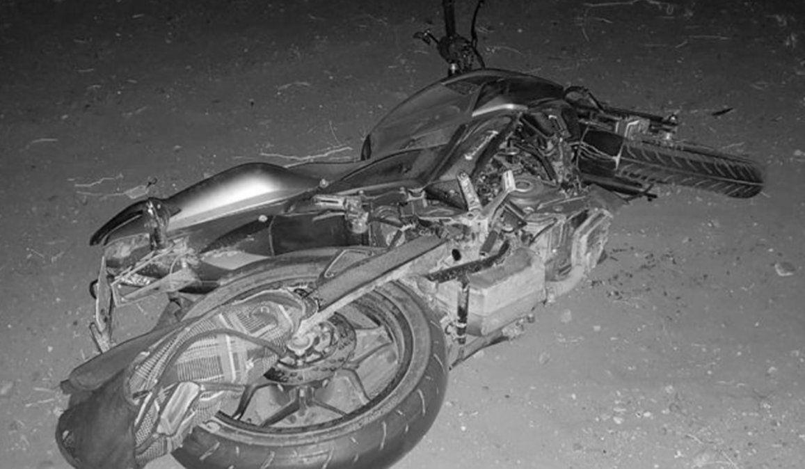 Joven en moto derrapó y chocó con una camioneta estacionada