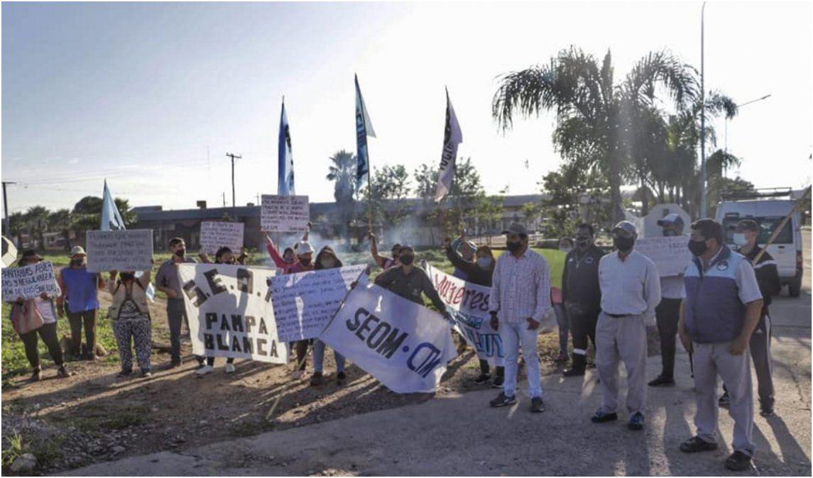 Municipales vuelven a las rutas por trabajadores despedidos en Pampa Blanca