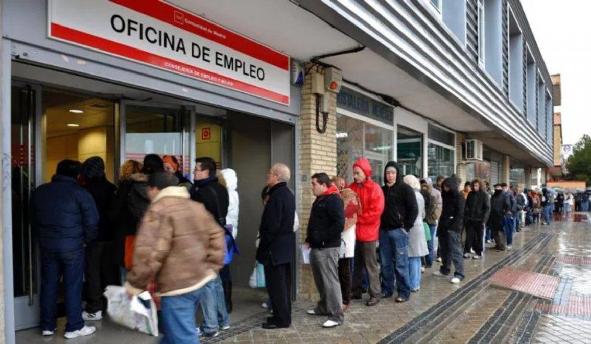España registró unos 280.000 desempleados en abril y el total supera los 3,8 millones de personas