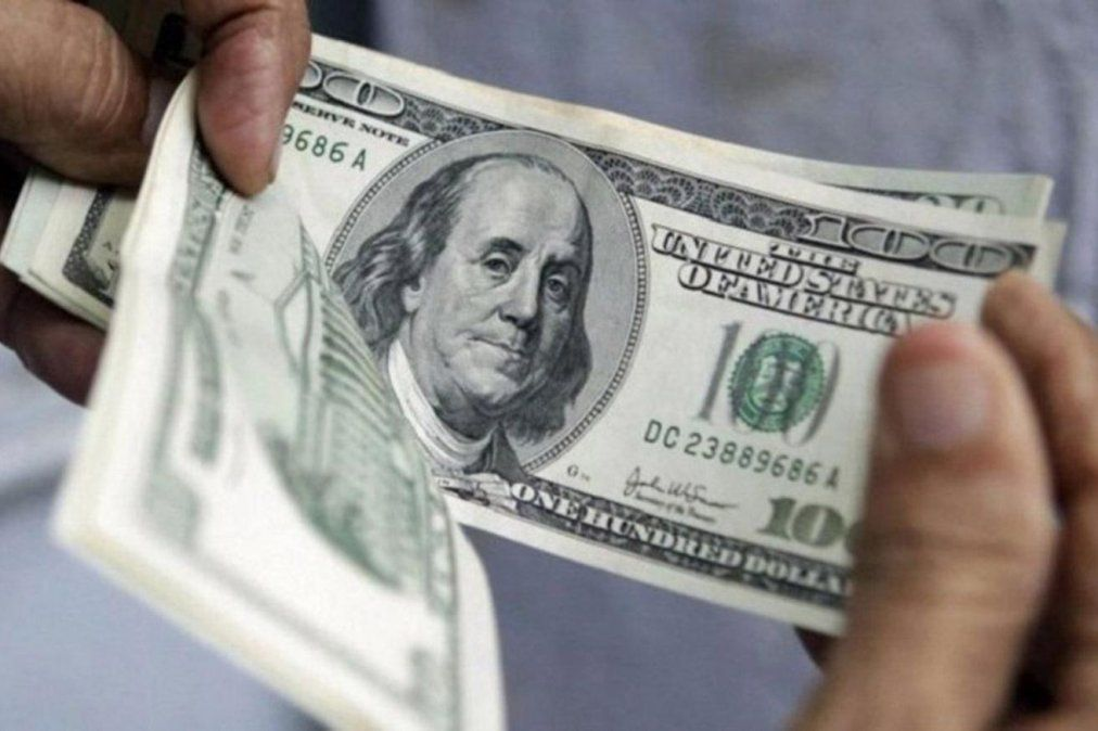 El dólar cerró casi estable a 63 pesos
