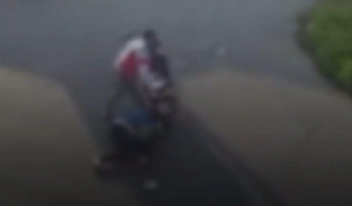 Golpearon violentamente a dos jóvenes para robarle la moto