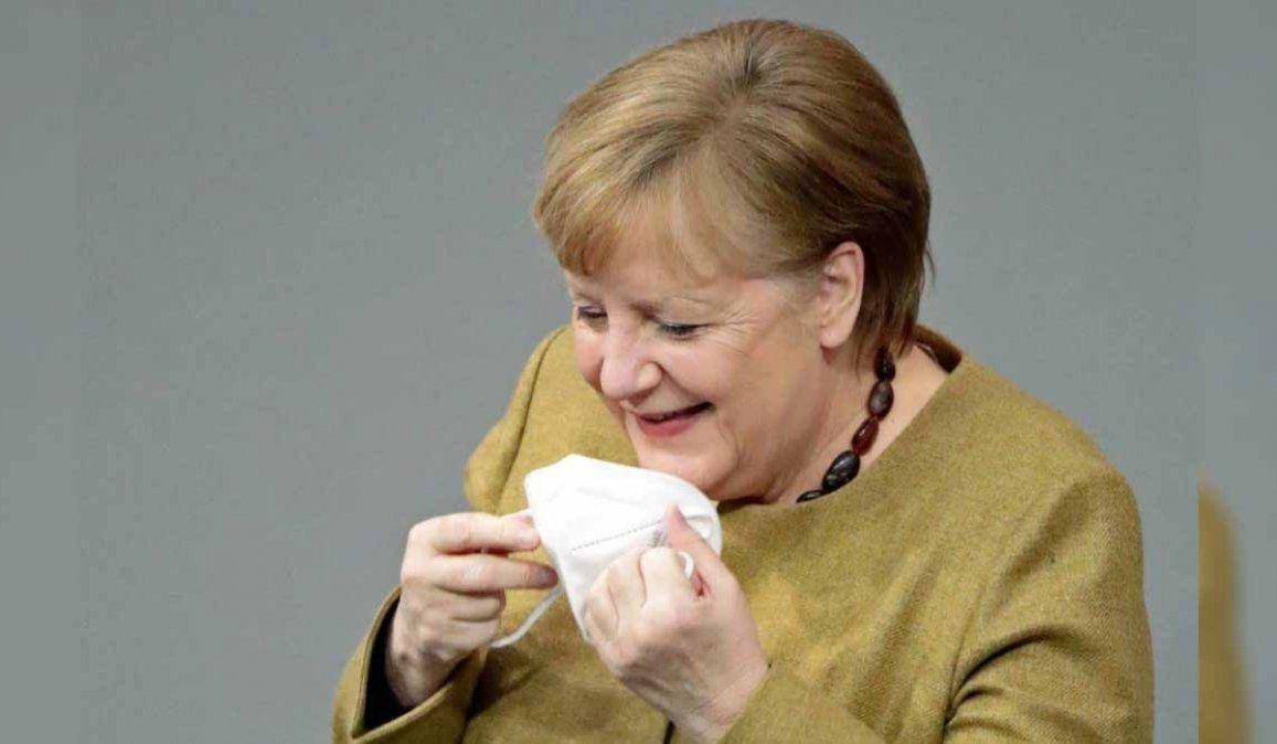 La reacción de Angela Merkel al darse cuenta que se olvidó el barbijo y que se volvió viral