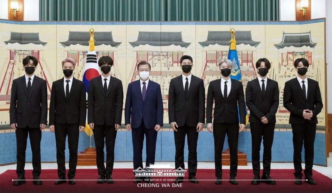 El presidente de Corea del Sur le entregó pasaportes diplomáticos a los BTS
