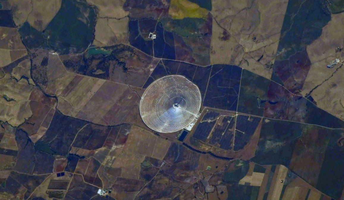 La vela que no se apaga: cosmonauta ruso capta desde el espacio una planta de energía solar en España