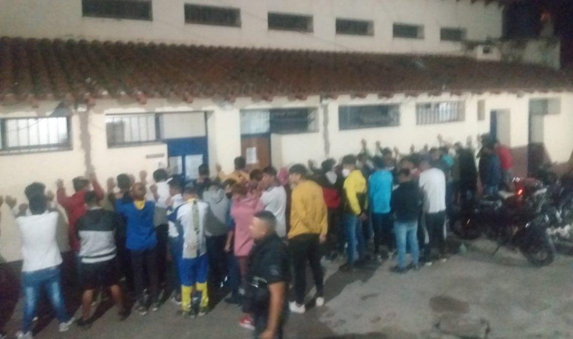 Clausuran otra fiesta clandestina con menores que se escapaban hasta por los techos