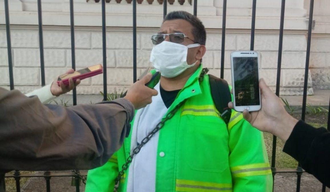 Enfermero jujeño se encadenó para pedir insumos: Todos mis compañeros se están infectando