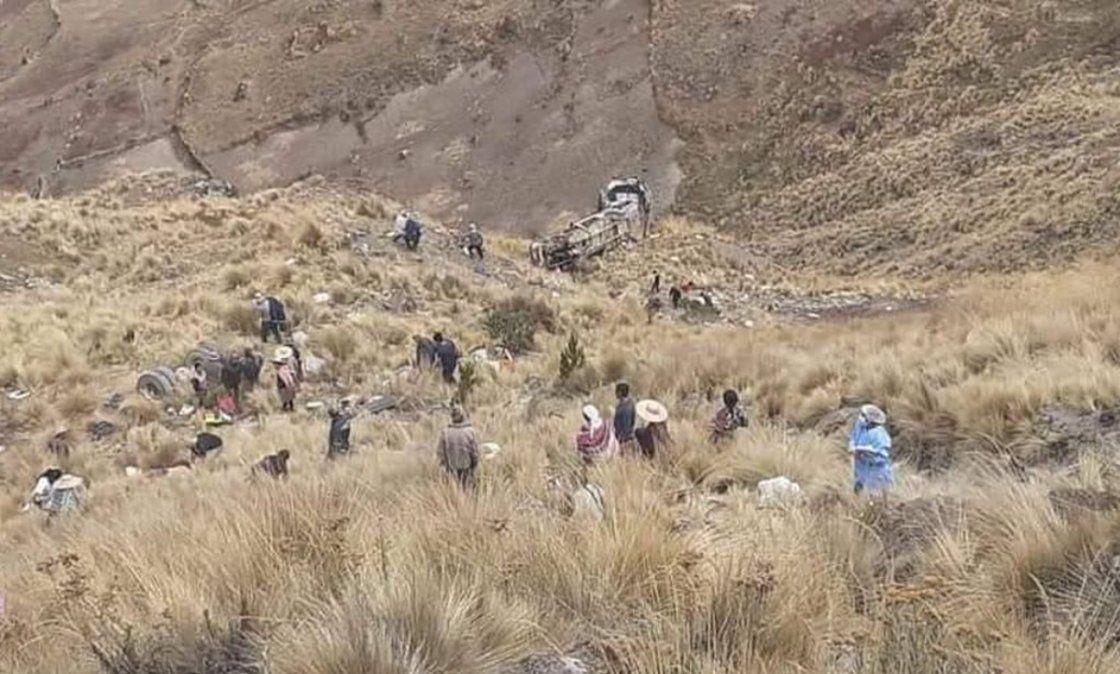 Tragedia en Cochabamba: 23 muertos por la caída de un colectivo a un precipicio