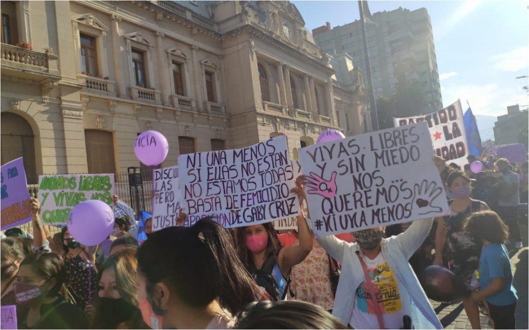 Miles de personas marchan contra los femicidios y las desapariciones