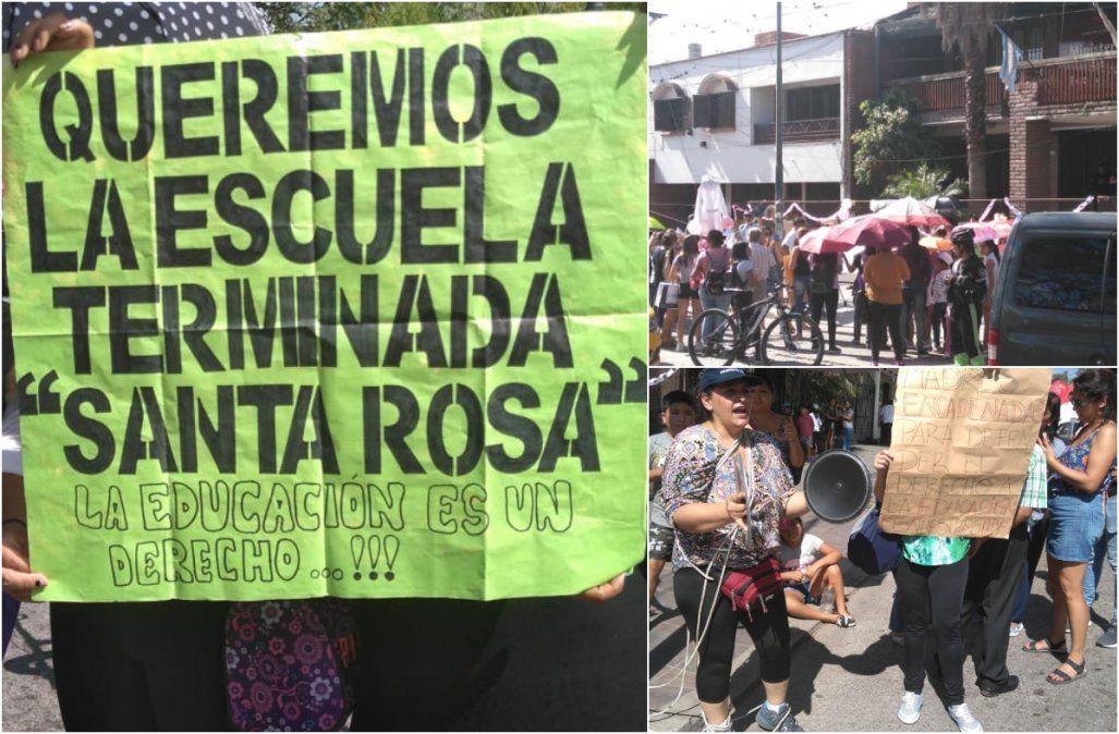 Escuela Santa Rosa: Los padres llevaron la protesta a las puertas del Ministerio