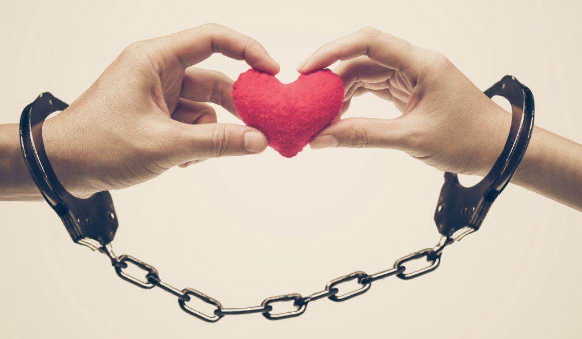 Pareja que se encadenó para poner a prueba su amor se libera 4 meses más tarde para seguir por separado