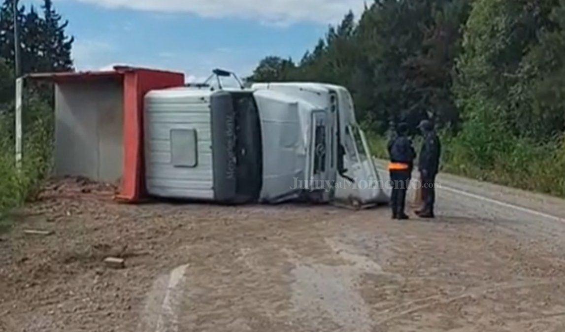Camión intentó sobrepasar un auto y terminó volcando